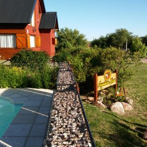 Los gaviones otorgan intimidad en la piscina, decoran y sirven como cerco perimetral dando seguridad para los niños