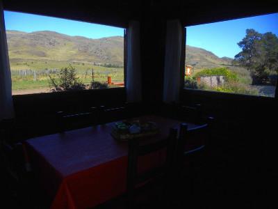 Disfrute de una de las mejores vistas de las sierras desde el comedor de la cabaña