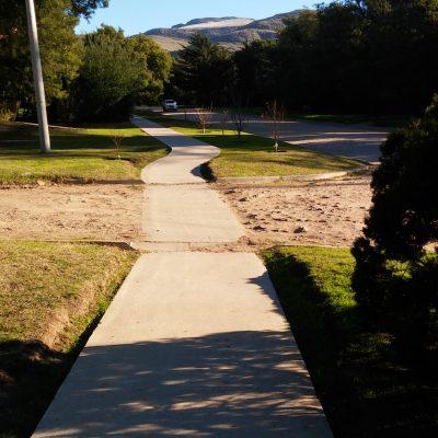 El sendero que recorre de un extremo a otro la acenida Cruz del Sur permite a quienes desean una caminata más tranquila hacerlo sin complicaciones.