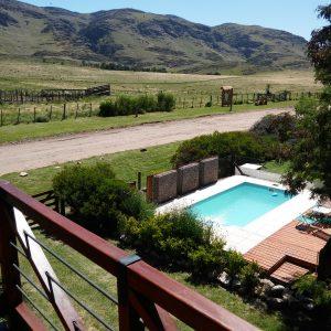 piscina con solarium en Villa Ventana, frente a las sierras