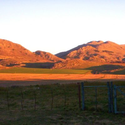 color cobrizo del cerro cuando amanece
