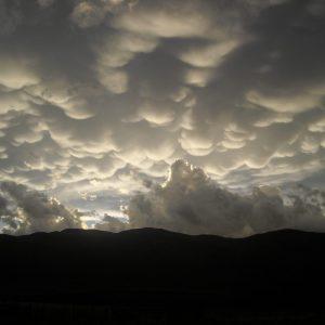 increíble dormación de nubes sobre el cielo frente a cabaña Ayutun Hue
