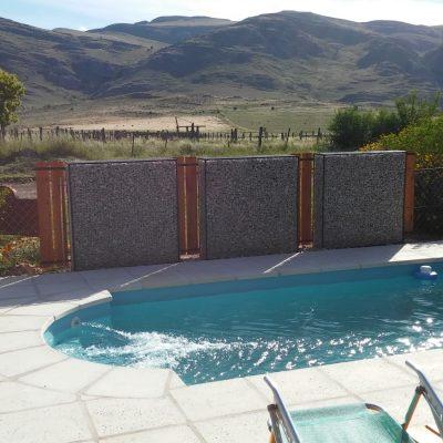 Piscina con solarium para disfrutar del verano mirando las sierras de Villa Ventana