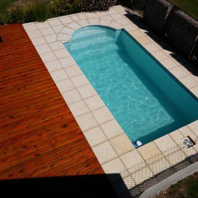 No es una piscina de amplias dimensiones, pero sí lo suficiente como para poder refrescarte durante los días de mucho calor.