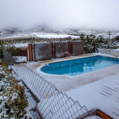 Durante el invierno el paisaje cambia y ocasionalmente lo hace bruscamente. Acá puedes comprobarlo con nieve en la Villa