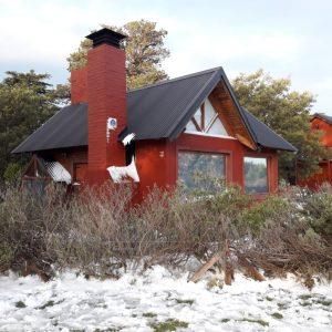 esquina de Cruz del Sur y Pillahuincó en Villa Ventana, puede verse la nevada en la cabaña