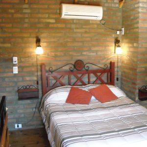 habitación con aire acondicionado split en la planta alta de la cabaña