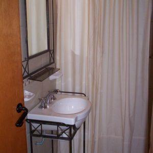 baño con lavatorioy espejo artesanal