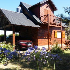 cabaña con cochera cubierta