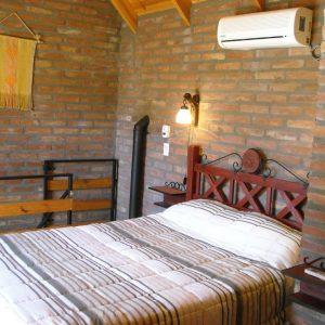 cómoda cama de dos plazas con adorno en el respaldo