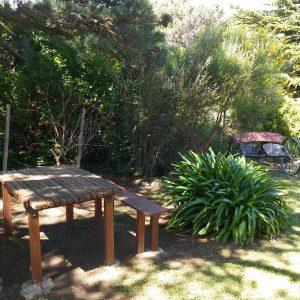 mesa con bancos para disfrutar de la naturaleza del parque tomando unos ricos mates