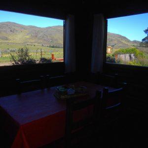 comedor con una impagable vista de las sierras y de la piscina