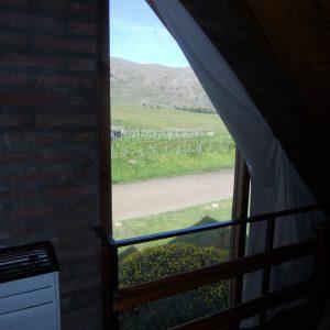 El dormitorio posee un amplio ventanal con vista al cerro y un amplio balcón con increíble vista.