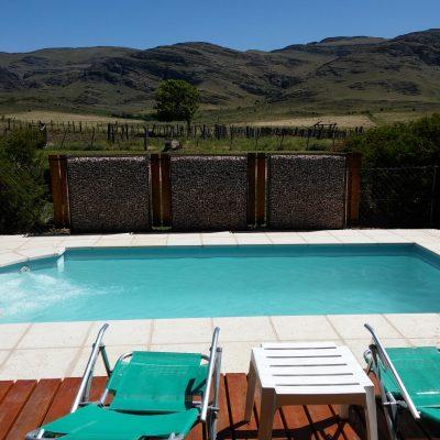 En la Comarca Turística de Sierra de la Ventana, frente al cerro Napostá se encuentra nuestra hermosa cabaña Ayutunhue, con piscina y una vista única.